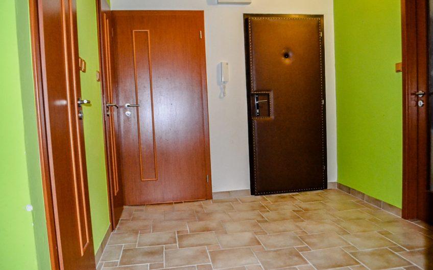 Trenčianske Bohuslavice – Priestranný štvorizbový byt s garážou.