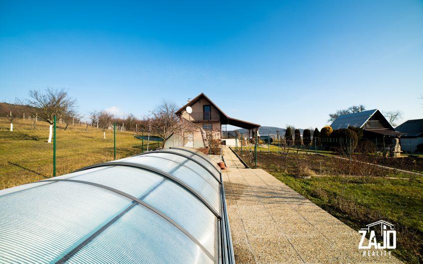 Na predaj   chata so záhradou a bazénom na pozemku 1228 m2   v obci Miškech Dedinka,  2 km od Starej Turej,